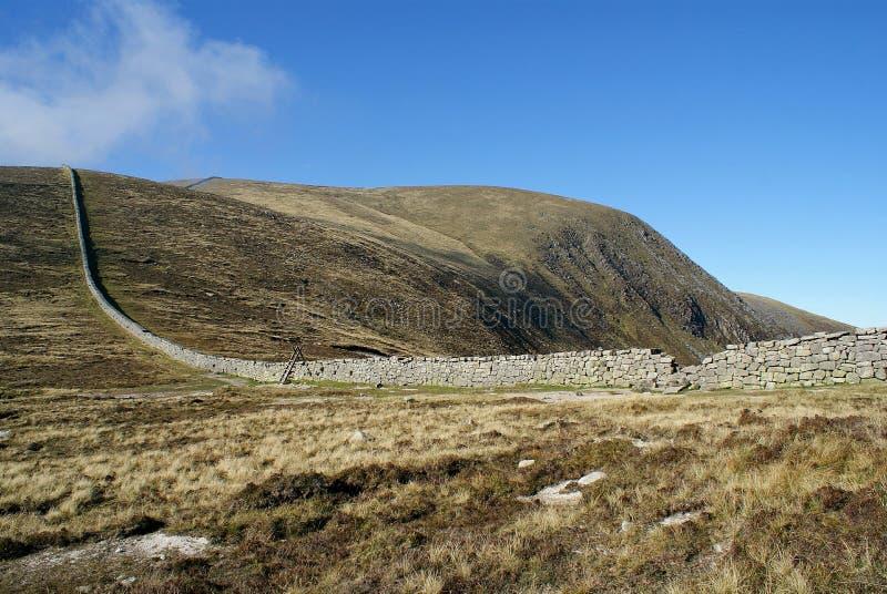 Grande Muralha irlandês nas montanhas de Mourne fotos de stock