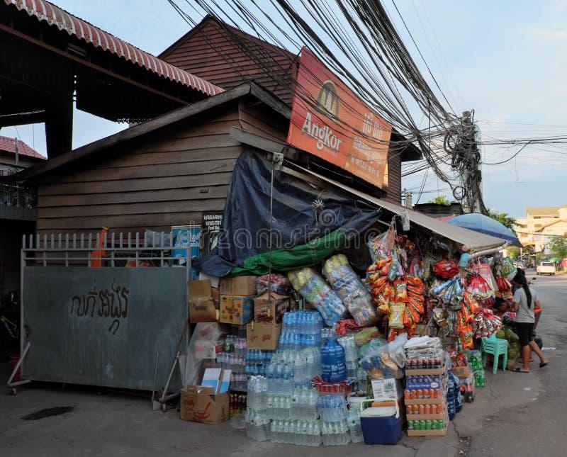 Grande n?mero de caixas de todos os tipos de bebidas e de alimento perto de uma loja pequena Garrafas de ?gua imagem de stock