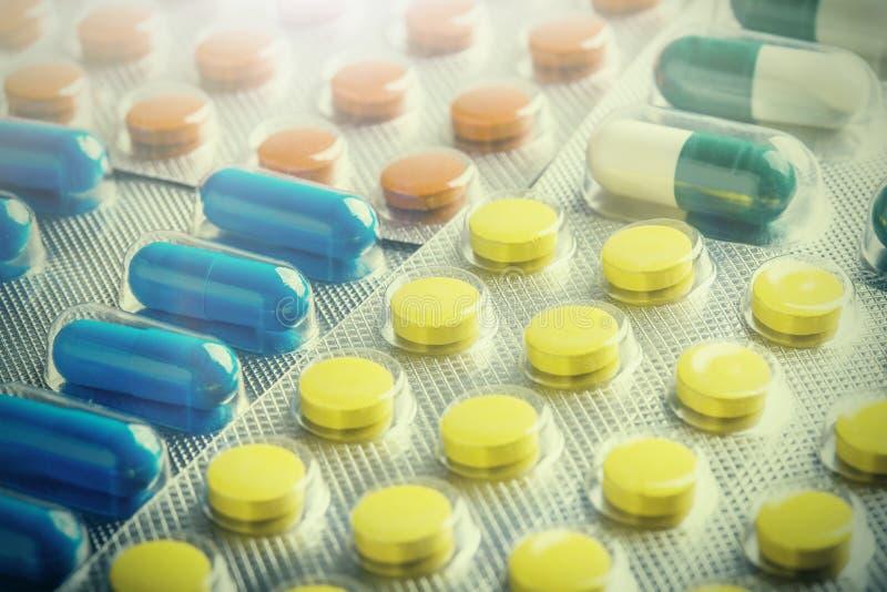 Grande n?mero dos comprimidos m?dicos Imagens para a ind?stria farmac?utica O conceito da medicina imagens de stock