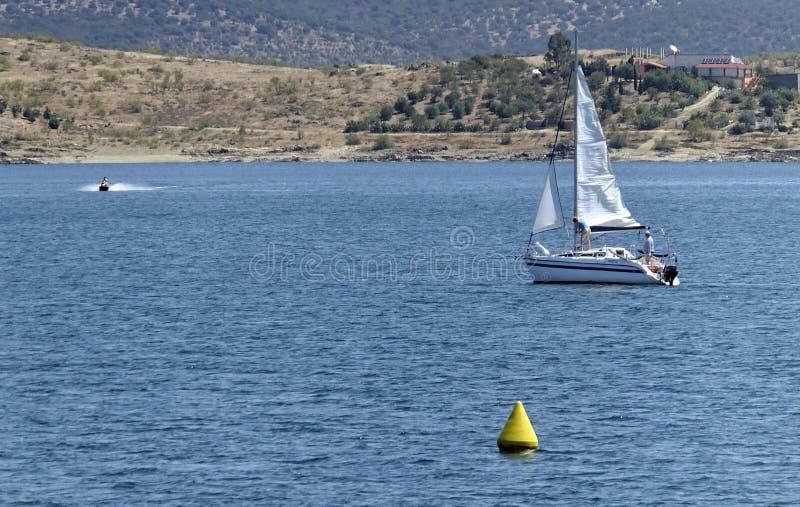 Grande nature avec voilier à l'Embalse de Orellana, Badajoz - Espagne image libre de droits
