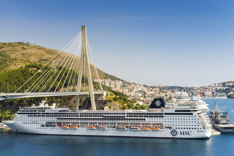 Grande nave da crociera fuori di Ragusa Croazia immagine stock