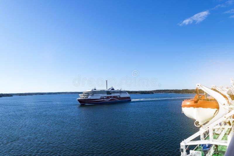 Grande nave da crociera moderna nel mare Bella nave da crociera di lusso gigante bianca al porto Paesaggio variopinto con le barc fotografia stock libera da diritti