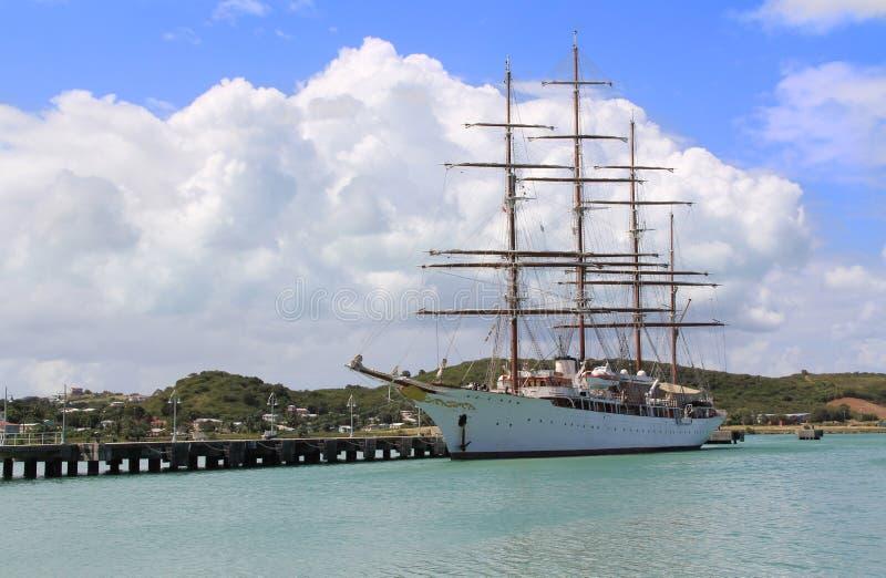 Grande nave di navigazione in Antigua Barbuda immagine stock