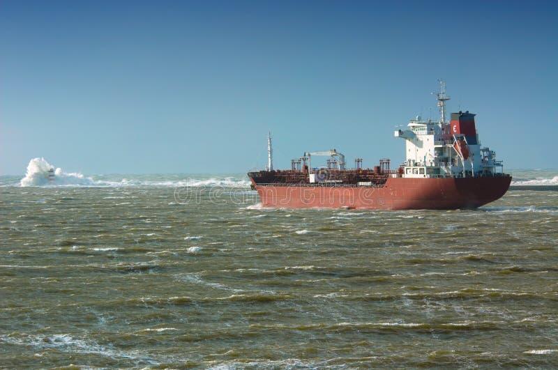 Grande nave in mare agitato immagini stock libere da diritti