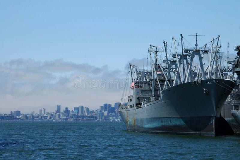 Download Grande nave a porta fotografia stock. Immagine di spiaggia - 204038