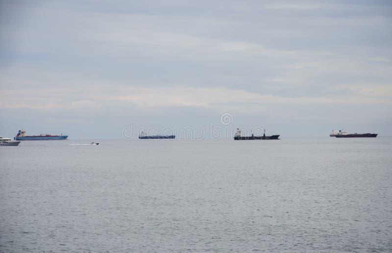 Grande navigação do navio de carga quatro na água imóvel Navio de recipiente na exportação e o negócio e a logística de importaçã imagem de stock