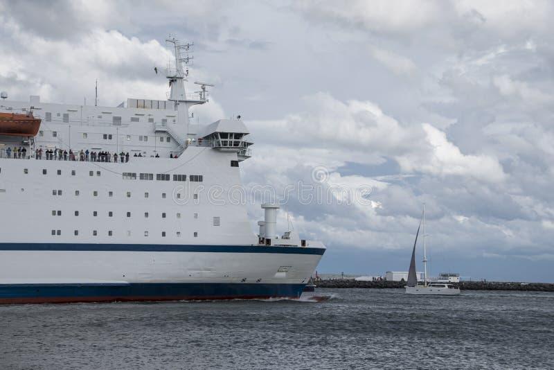Grande navigation de bateau de croisière sur l'eau parfaite pendant des vacances photographie stock