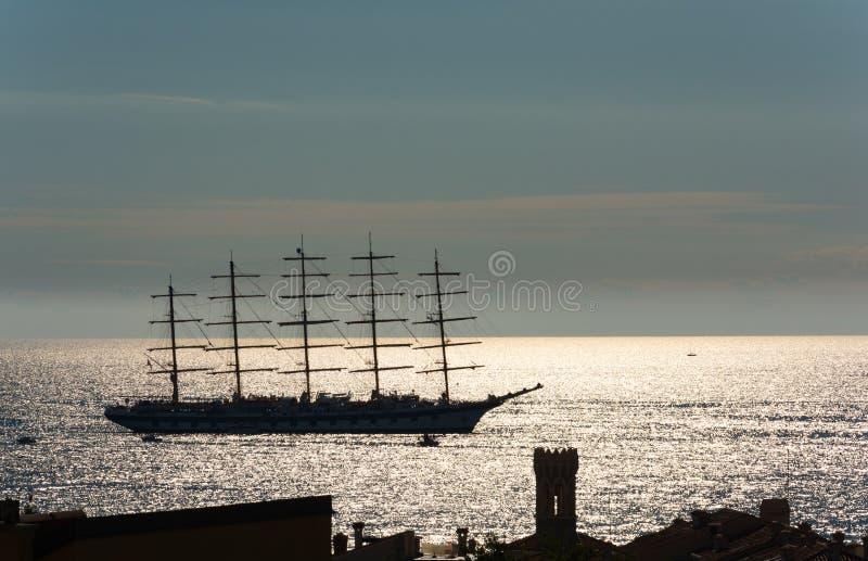 Grande navigazione della barca a vela nel tramonto fotografie stock libere da diritti