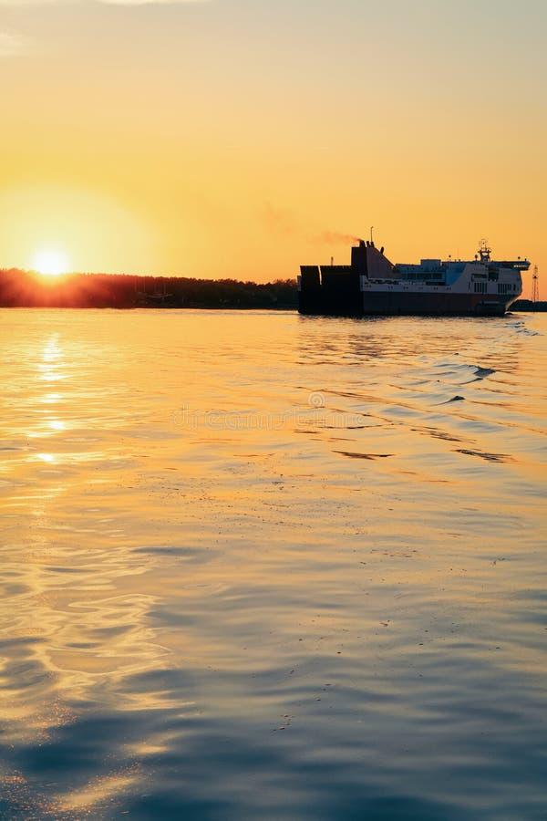 Grande navio da balsa de passageiro no porto de Klaipeda em Lituânia, país da Europa Oriental no mar Báltico No por do sol rom imagens de stock