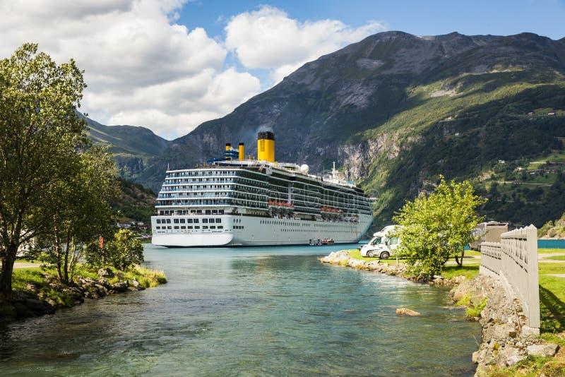 Grande navio de cruzeiros luxuoso em fiordes de Noruega foto de stock