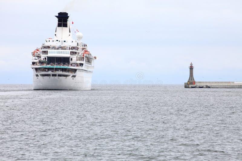 Grande navio de cruzeiros no mar no Polônia de Gdynia imagem de stock