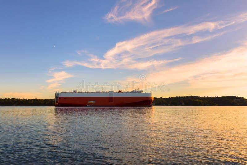 Grande navio de petroleiro pronto para ajustar a vela fotos de stock