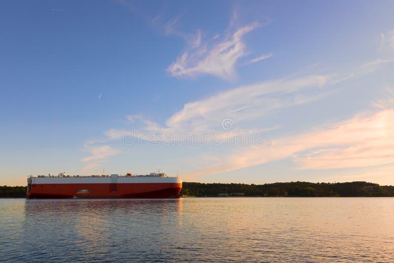 Grande navio de petroleiro pronto para ajustar a vela fotos de stock royalty free