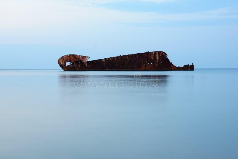 Grande navio oxidado velho soçobrado fotos de stock