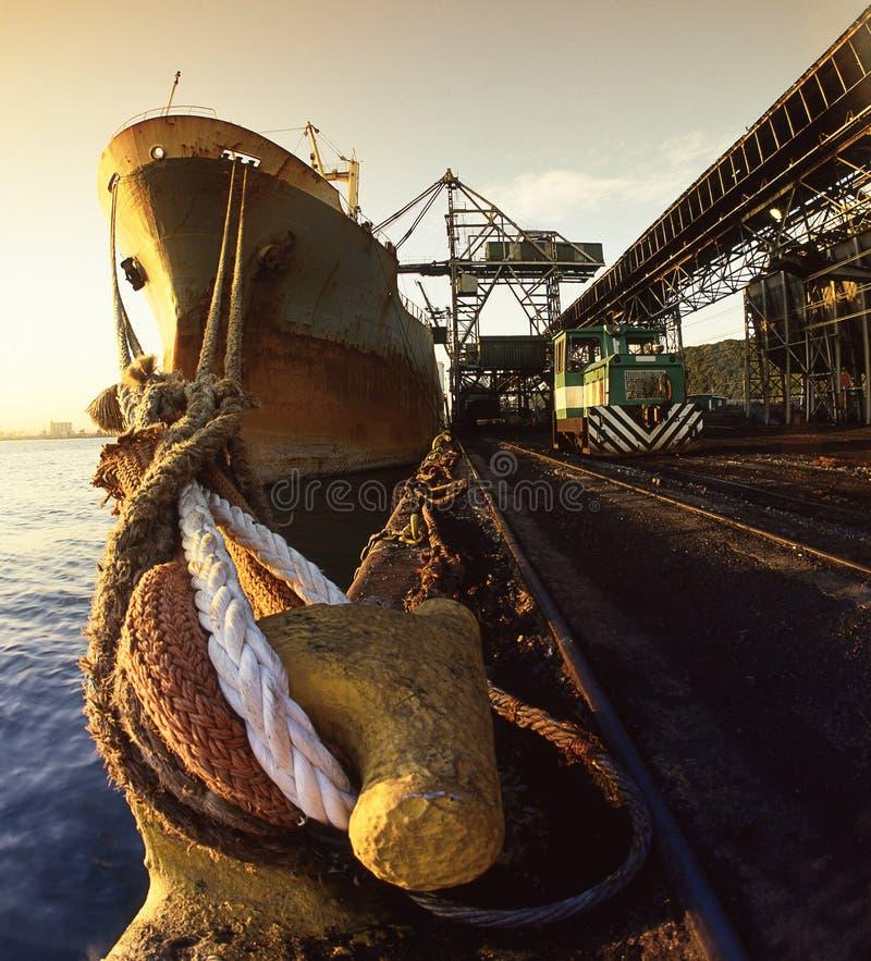 Grande navio que offloading fotos de stock royalty free