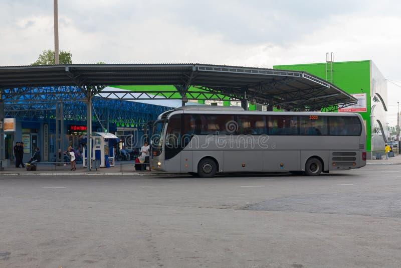 Grande ônibus em uma estação de ônibus foto de stock