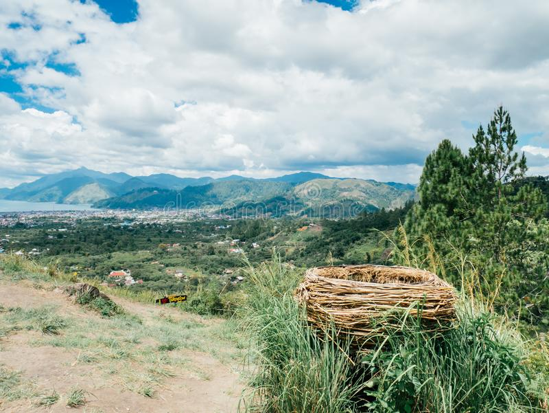Grande nido dell'uccello fatto da rattan nelle colline fotografia stock libera da diritti