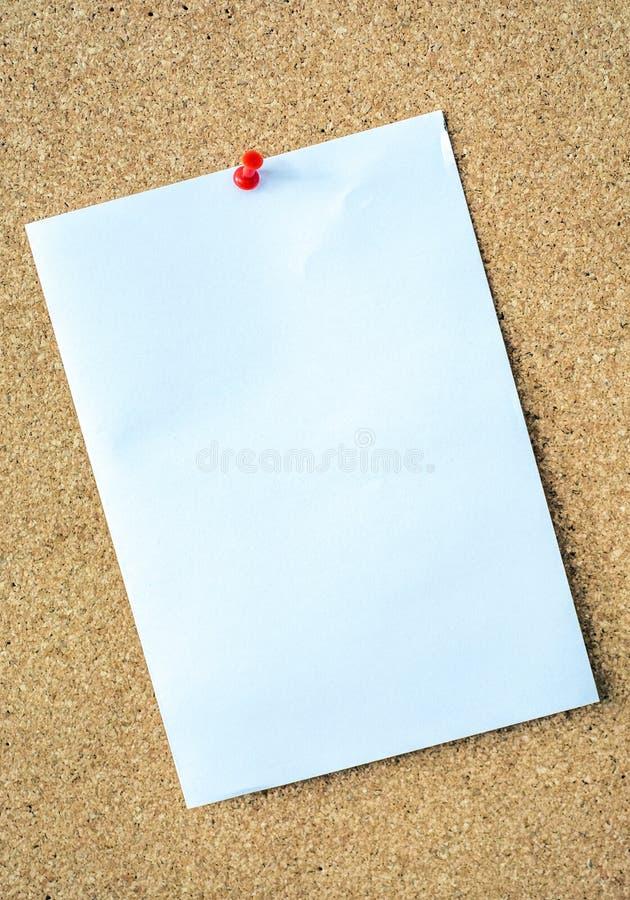 Grande nota bianca sul bordo del perno come modello fotografia stock
