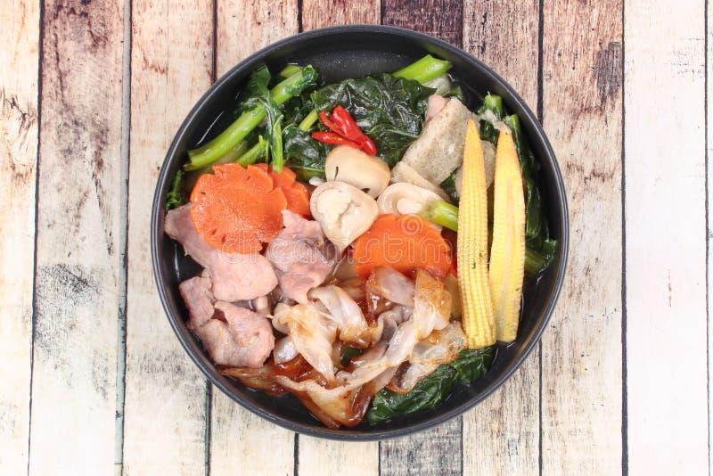 Download Grande Nouille Frite Avec Le Chou Frisé Chinois, Porc, Légume En Soupe Image stock - Image du déjeuner, lentilles: 87705261