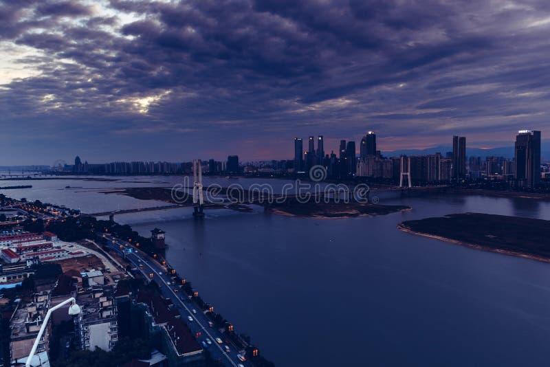 Grande nuit de Pont-crépuscule de Bayi de pont du fleuve Yangtze photo libre de droits