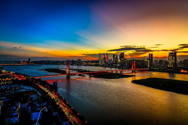 Grande nuit de Pont-crépuscule de Bayi de pont du fleuve Yangtze image libre de droits