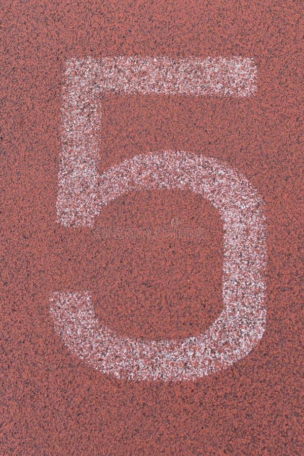 Grande numero bianco della pista sulla pista corrente rossa fotografia stock libera da diritti
