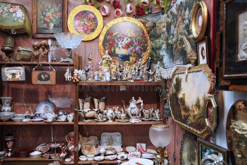 Grande numero di ceramica d'annata, figurine fotografia stock
