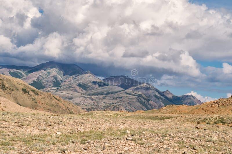 Grande nuvola che si trova su una sommità fotografia stock