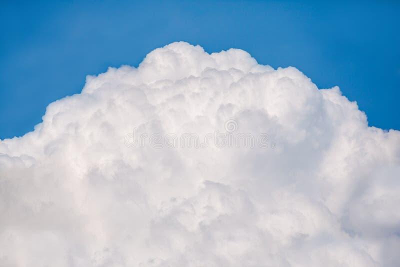 Grande nuvola gonfia bianca fotografia stock