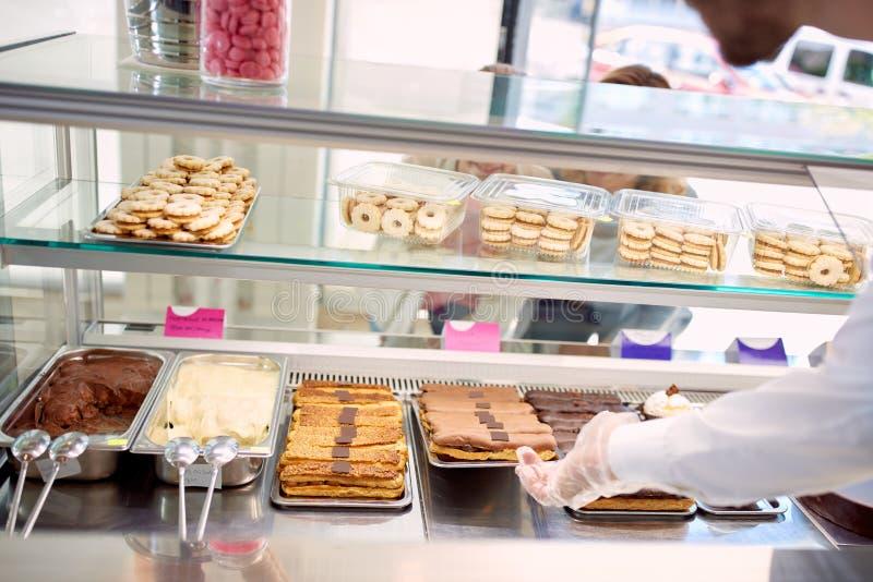 Grande offre des biscuits dans la boutique de boulangerie photographie stock