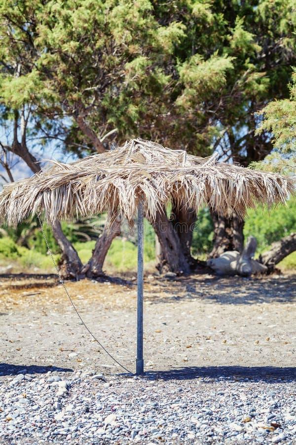 Grande ombrello della paglia sulla spiaggia immagini stock