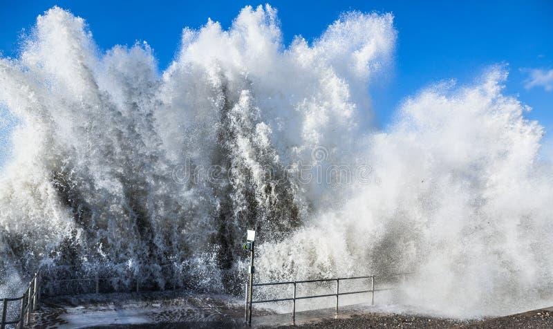 Grande onda di schianto del mare dell'oceano fotografie stock