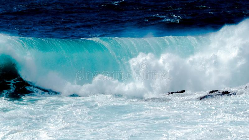 Grande onda in oceano blu immagini stock libere da diritti