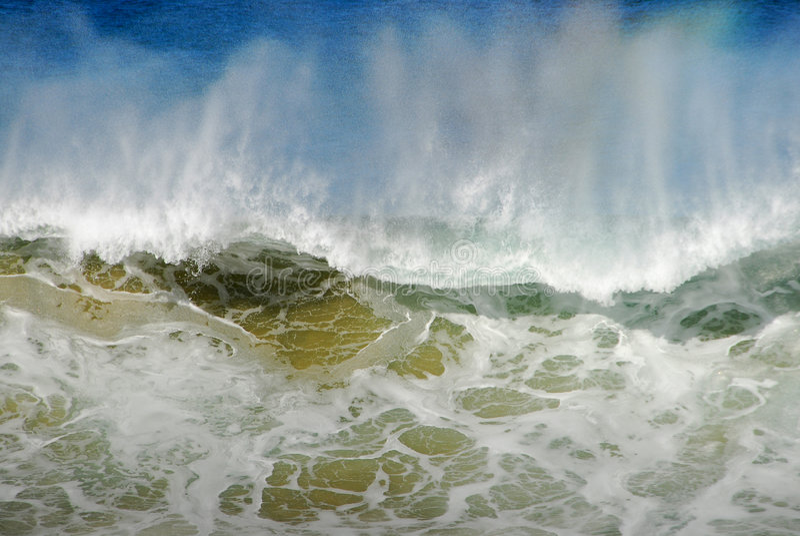 Grande onde éclaboussant l'eau images stock
