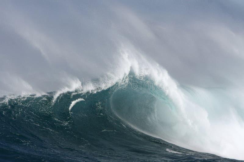 Grande onde de vague déferlante avec le baril et le vent. images libres de droits