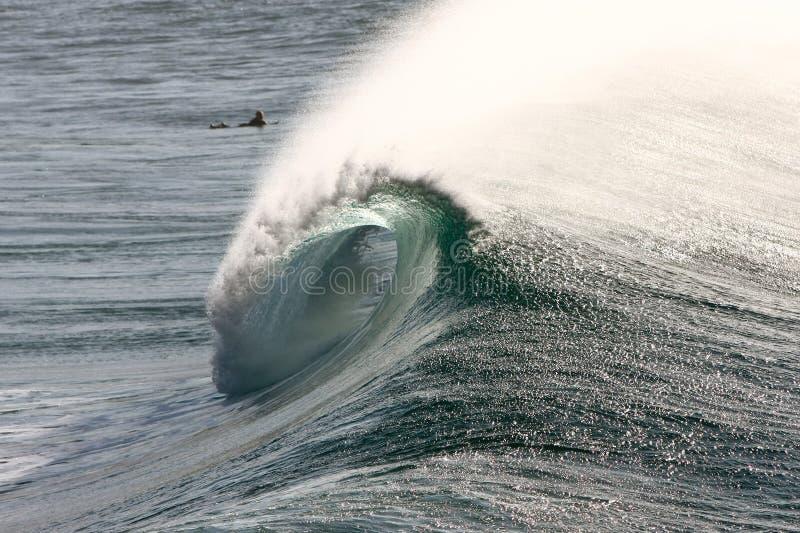 Grande onde de vague déferlante se cassant avec la vue de baril. images stock