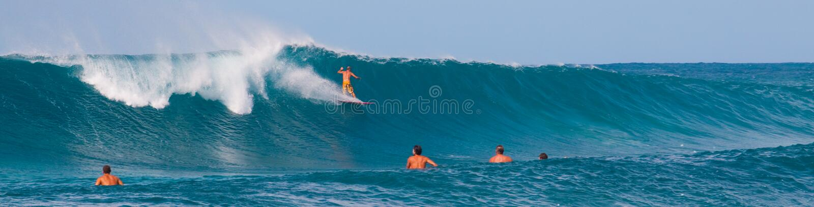 Grande onde surfant photographie stock