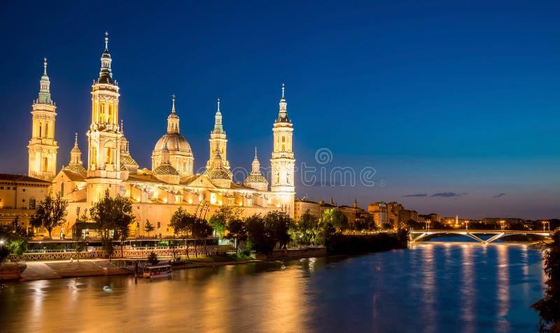 Grande opinião da noite Pilar Cathedral em Zaragoza spain imagens de stock