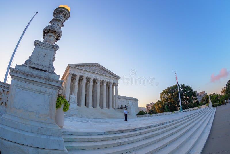Grande opinião de ângulo com a construção da corte suprema de U S, Washington imagens de stock royalty free