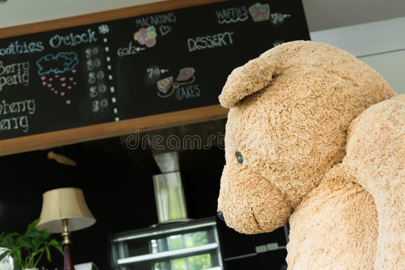 Grande orso della bambola decorato in salone fotografie stock