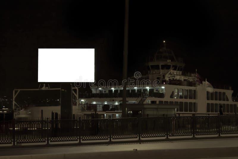 Grande outdoor alto Ferry de automóveis no fundo Luzes da rua em frente à estrada do veículo exposição prolongada imagem de stock royalty free