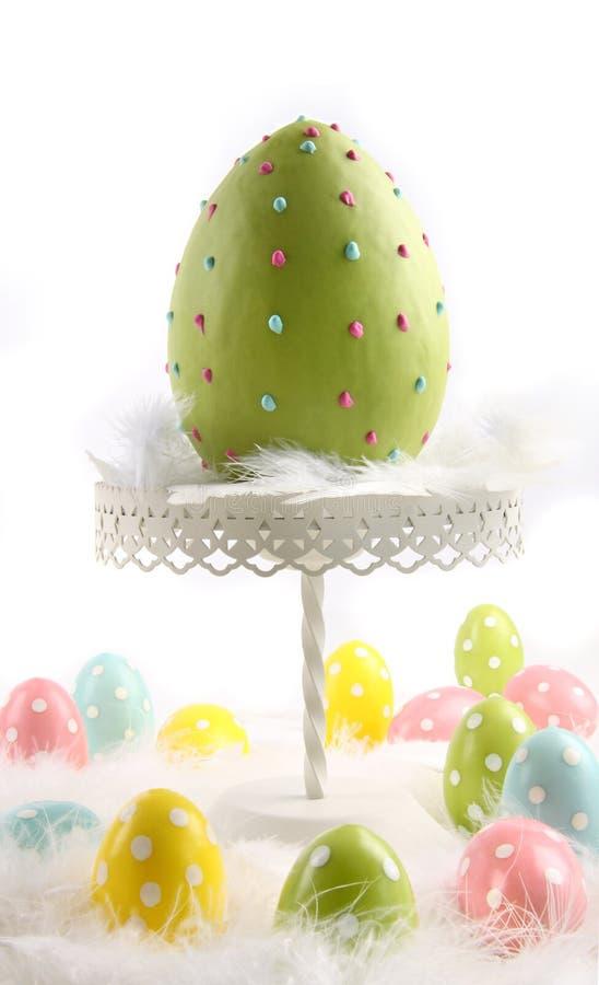 Grande ovo de easter colorido com penas imagem de stock royalty free