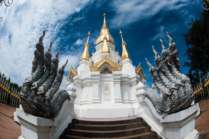 Grande pagoda extérieure dans le temple bouddhiste Wat Tham Khuha Sawan image libre de droits