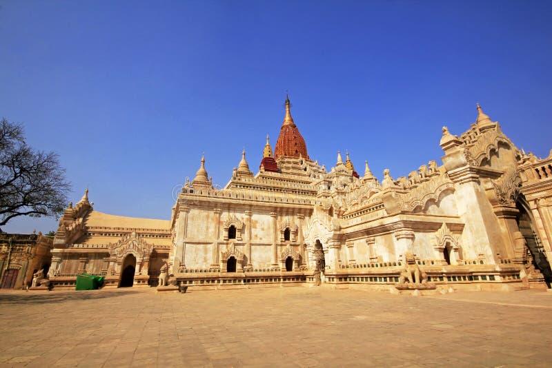 Grande pagoda nel passato della città di Bagan immagini stock