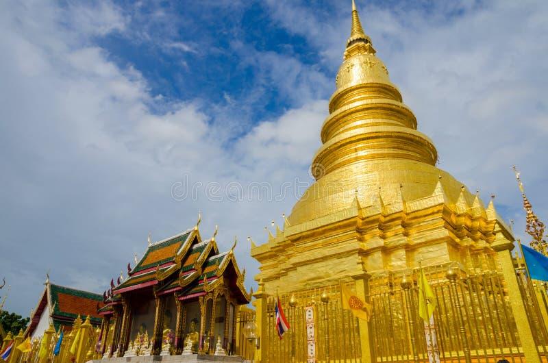 Grande pagode dourado com igreja imagem de stock