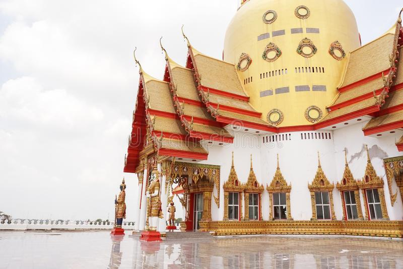Grande pagode dourado de Wat Prong Arkad no golpe Nam Priao de Amphoe, prov?ncia de Chachoengsao, Tail?ndia imagens de stock