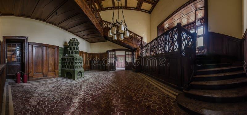 grande panorama abandonado do alojamento de caça fotos de stock royalty free