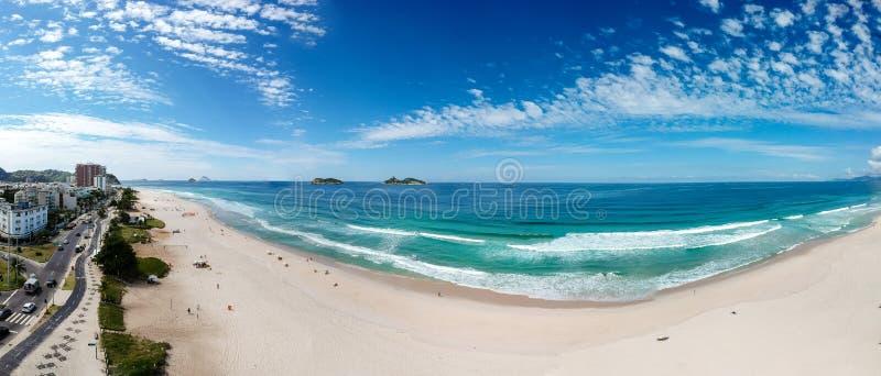 Grande panorama del fuco della spiaggia di Barra da Tijuca, Rio de Janeiro, Brasile immagine stock