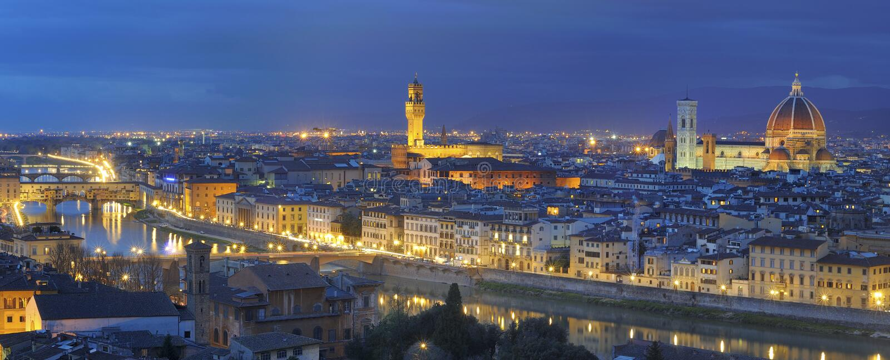 Grande panorama di Firenze entro la notte fotografie stock libere da diritti