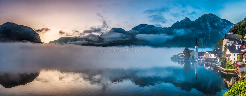 Grande panorama di Hallstatt nebbioso in autunno all'alba fotografia stock